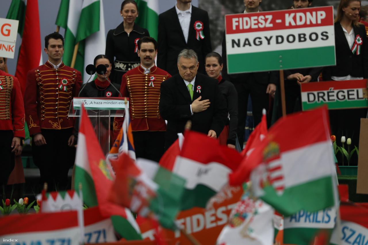 Orbán Viktor még magasabbra emelte a választás tétjét: szerinte nem az újabb kormányalakítás a kérdés, hanem az ország megmaradása. Homályos utalást tett arra is, hogy a választás után elégtételt vesznek valakin.