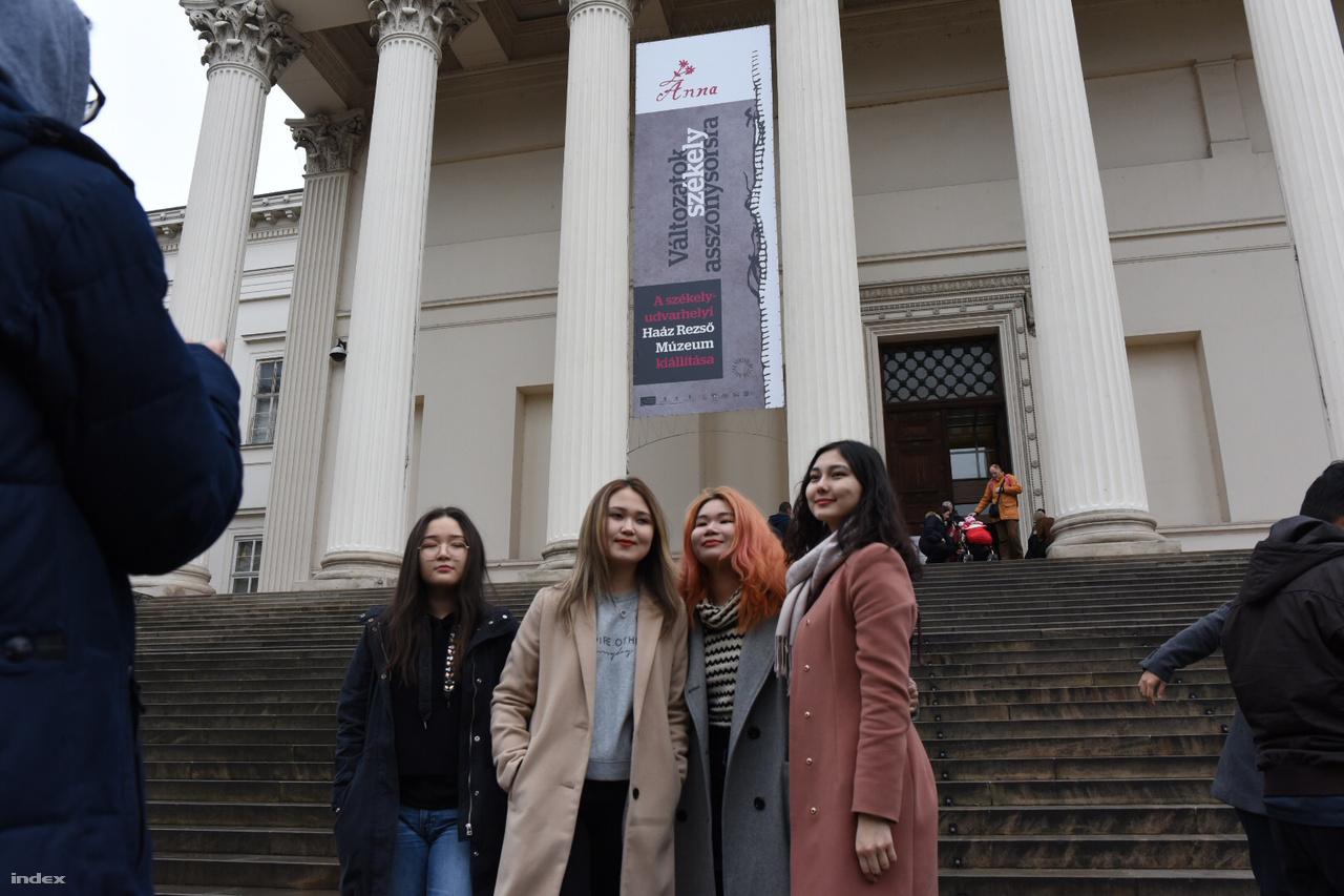 Turisták fotózkodnak a Nemzeti Múzeum előtt.