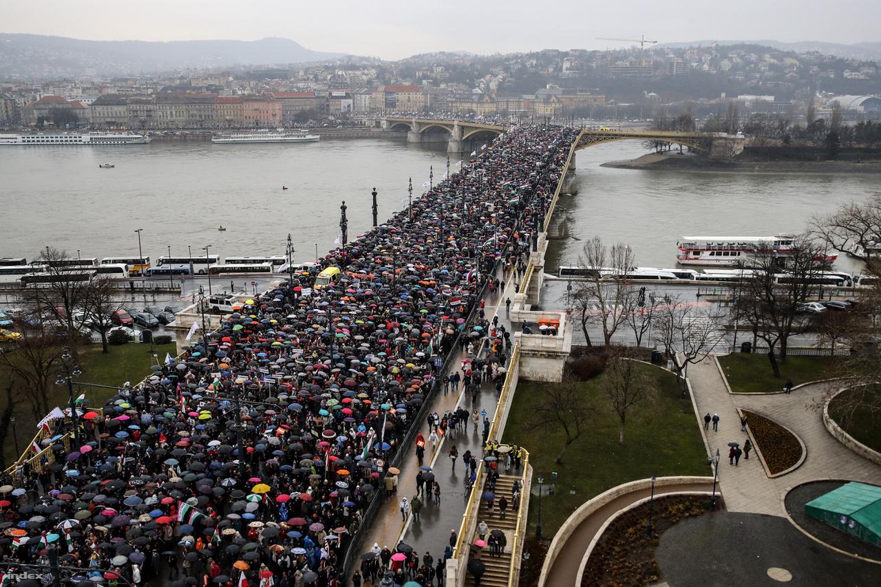 Hatalmas tömeg vonult a Civil Öszefogás Fórum békemenetén, nagyon sok busz érkezett vidékről is. A Fidesz szerint soha ennyien nem vettek részt még ilyen vonuláson.
