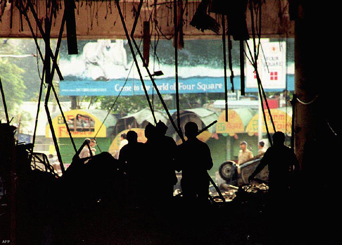 A Mumbai nyugati részében található Air India székházában is robbantottak.