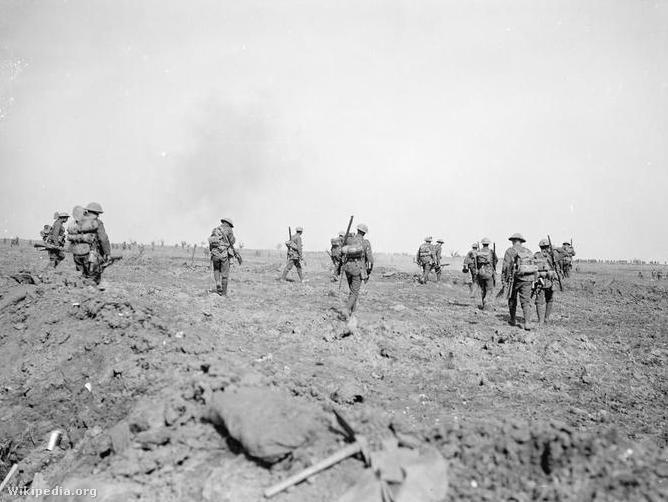 ELőrenyomuló brit katonák 1916. szeptember 25-én a Somme-nál.