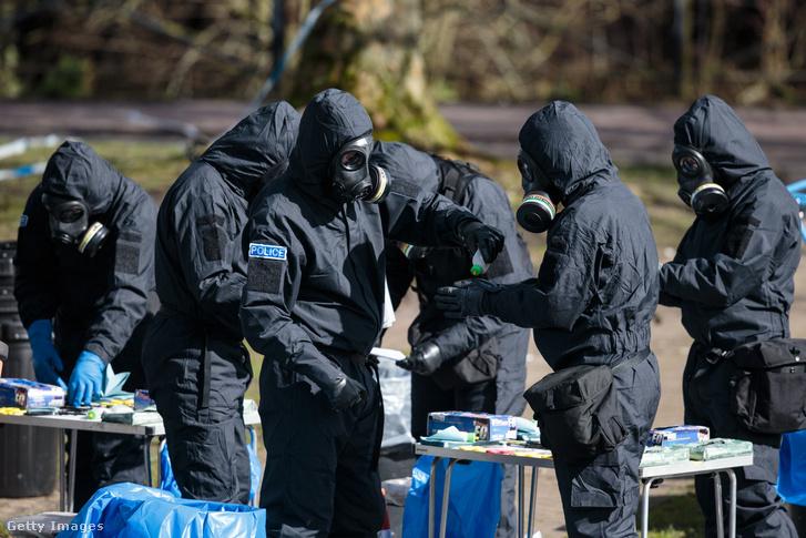 Nyomozók vizsgálódnak Szergej Szkripal és lánya elleni támadás helyszínén