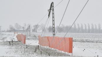 Több helyen 20 centi hó hullott, hótorlaszokat emelt a szél, több ezer helyen nincs áram