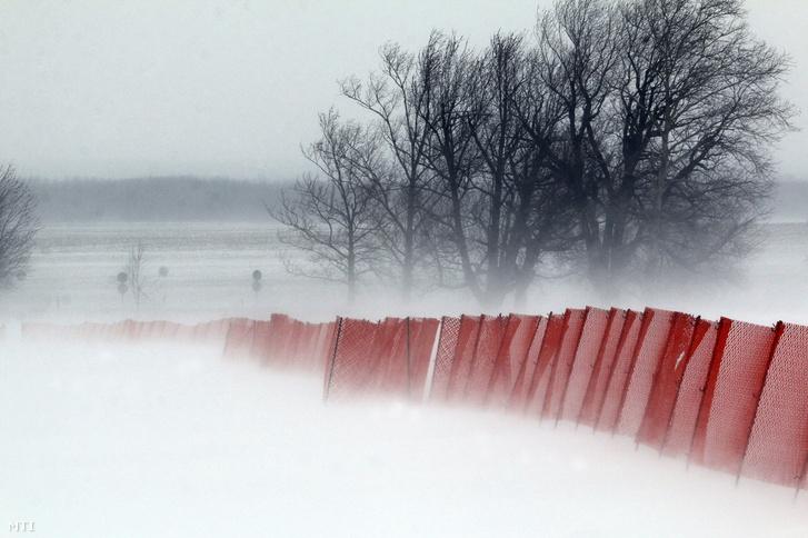 Hófúvás 37-es számú főútnál a Borsod-Abaúj-Zemplén megyei Taktaharkány közelében