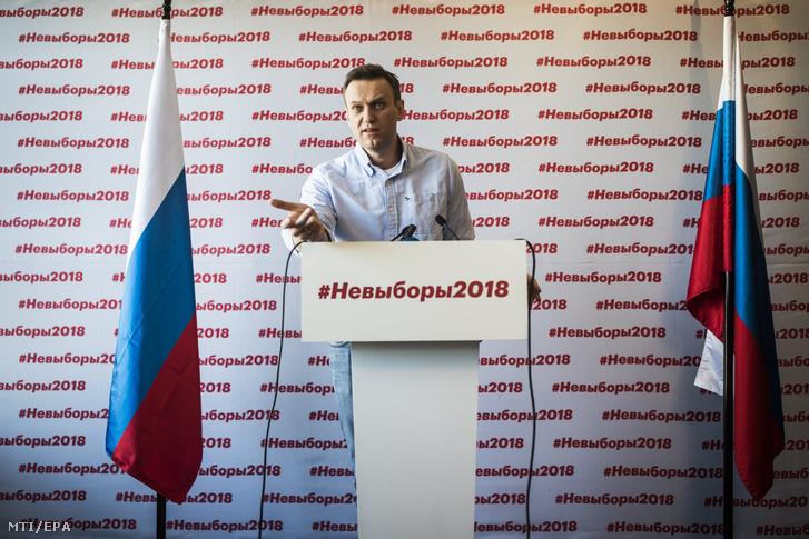 Az elnökválasztásból kizárt Alekszej Navalnij orosz ellenzéki politikus sajtótájékoztatót tart moszkvai irodájában 2018. március 18-án, az elnökválasztás napján.
