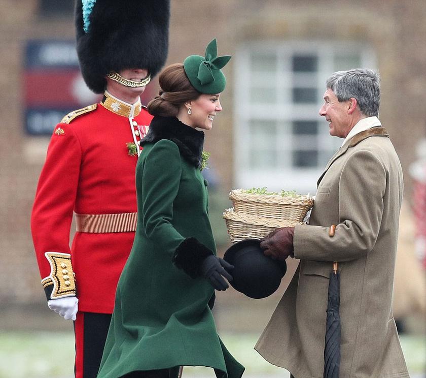 Katalin hercegné kézhez kapta a kis lóherecsokrocskákat a kitűzéshez - láthatóan örömmel vállalta a feladatot.