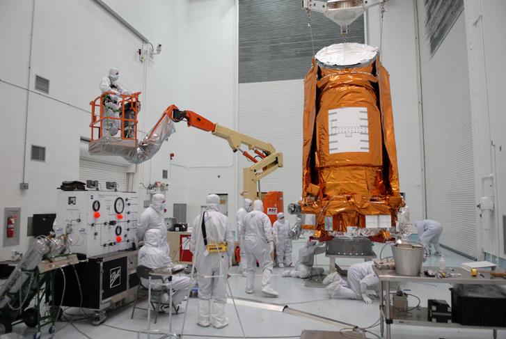 A Kepler űrtávcsőt üzemanyaggal töltik föl az Astrotech floridai üzemében, 2009. február 3-án.