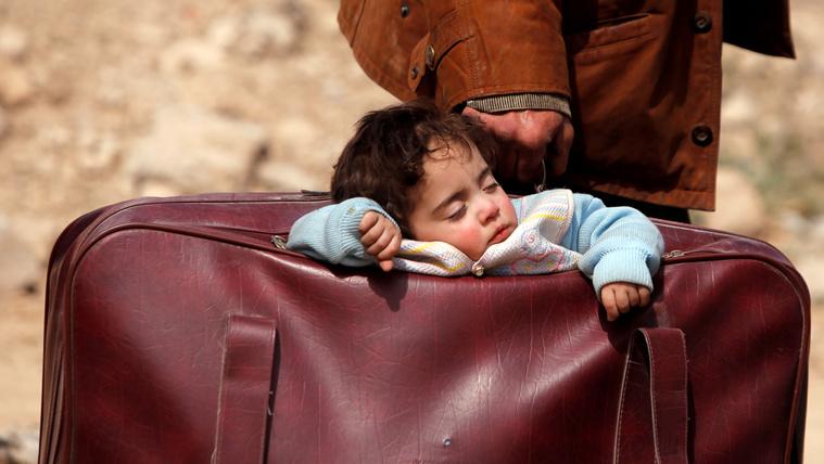 Bőröndben cipeli a gyerekét egy apa az ostrom alá vett Kelet-Gútában