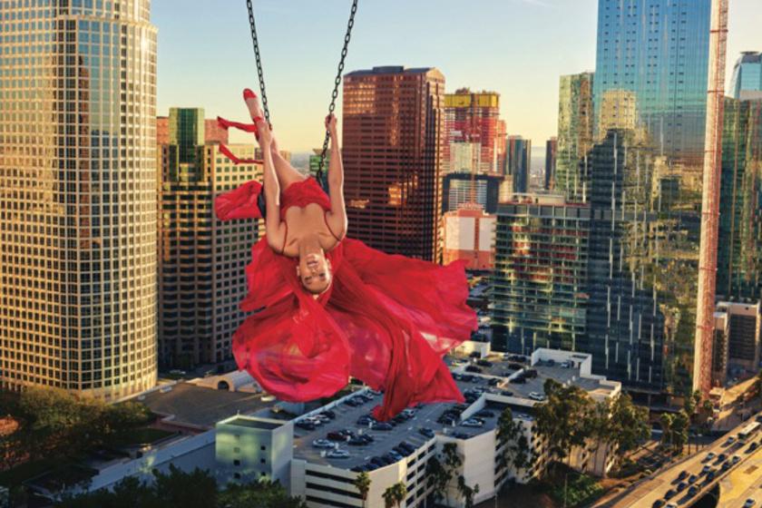 Jennifer Lopez egy kötélen egyensúlyoz a város felett