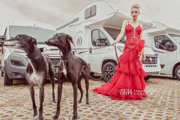 A szezon egyik nagy slágerét, a piros tüll ruhát Tóth Tamara sem hagyta ki kollekciójából.