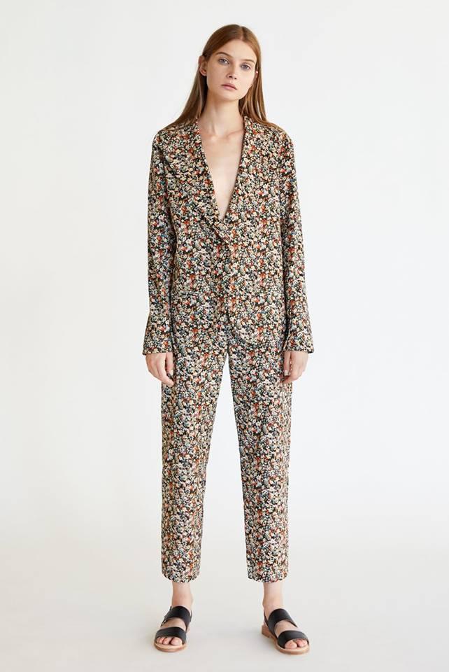 És maradnak a pizsamahatást keltő nadrágkosztümök.