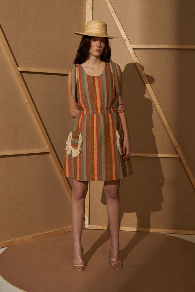 A szabásvonalakban a tervező aktuális kedvencei, mint például a '70-as évekbeli vintage ruhadarabok köszönnek vissza