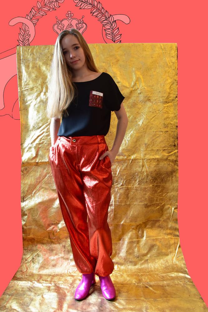 A 80-as évek stílusát idézi ez a fényes nadrág, ami 172 euróba, kb.53 400 forintba kerül a Je Suis Belle-nél.