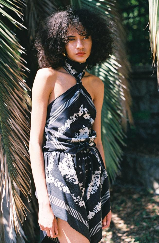 Ez a kendőmintás ruha az egyik kedvencünk az új Nanushka kollekcióból, 99 515 forintot kérnek  érte a márkánál.