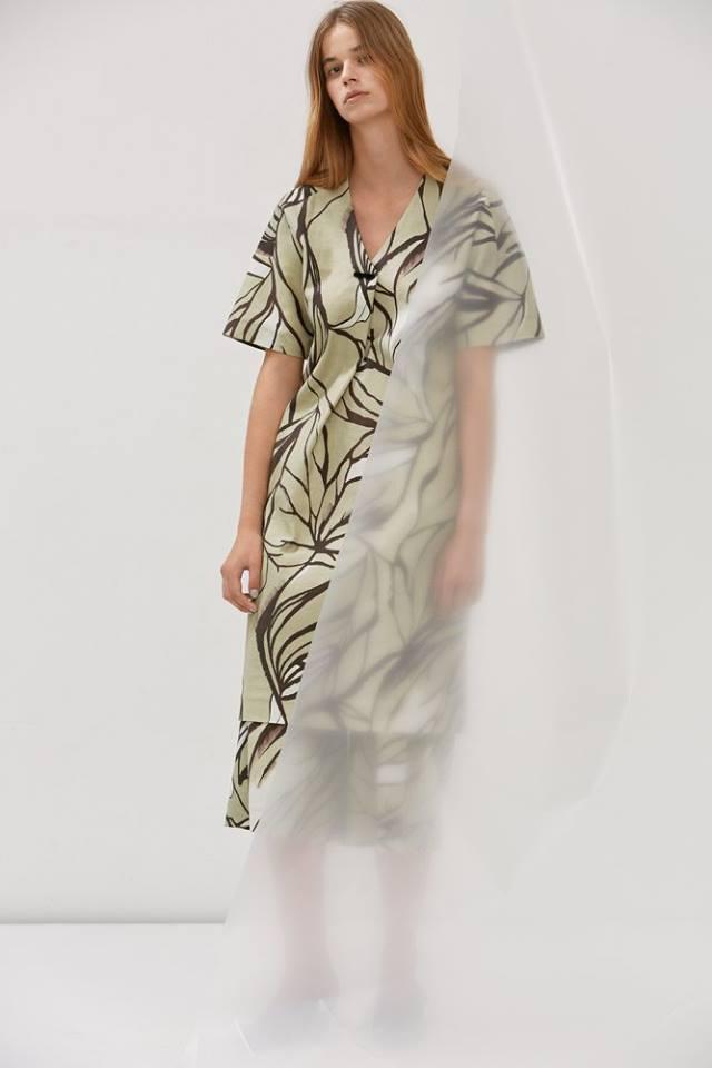 """""""A kollekció a márkára jellemzően kontrasztra épül: a pliszírozott betétek a vékony, áttetsző tüll, orkán, puplin, selyem és bőr anyagokon kemény és tiszta, minimalista érzetet adnak a ruháknak."""""""
