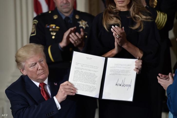 Donald Trump 2017. október 26-án írt alá egy memorandumot az amerikai ópiátprobléma kezeléséről