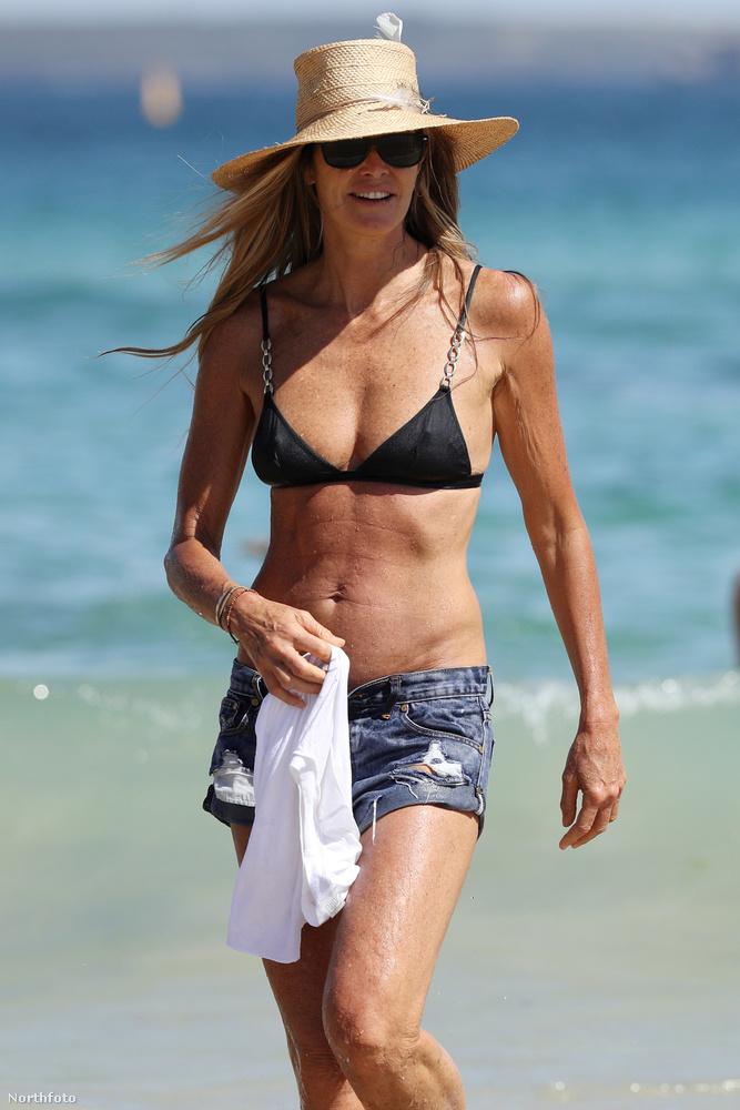 Ezen a képen Elle Macpherson látható, amint bikiniben sétál a strandon.