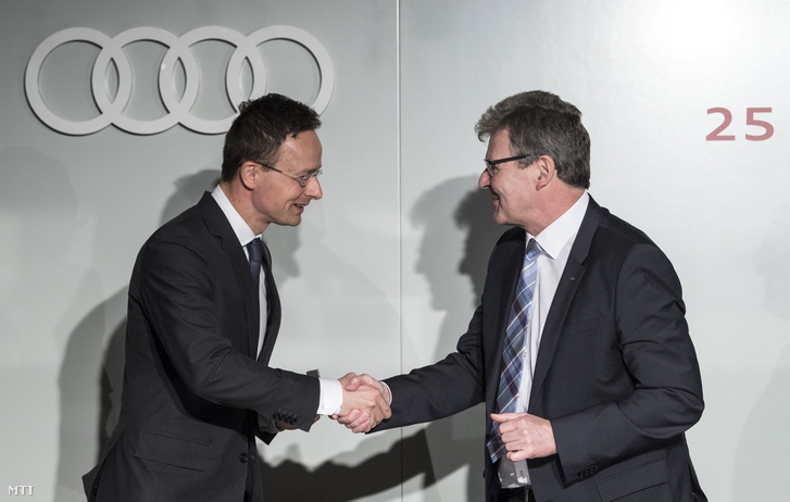 Szijjártó Péter külgazdasági és külügyminiszter (b) és Achim Heinfling az Audi Hungaria Zrt. ügyvezető elnöke kezet fog a 25 éves Audi Hungaria sajtótájékoztatóján Budapesten a Gresham-palotában 2018. Február 19-én.