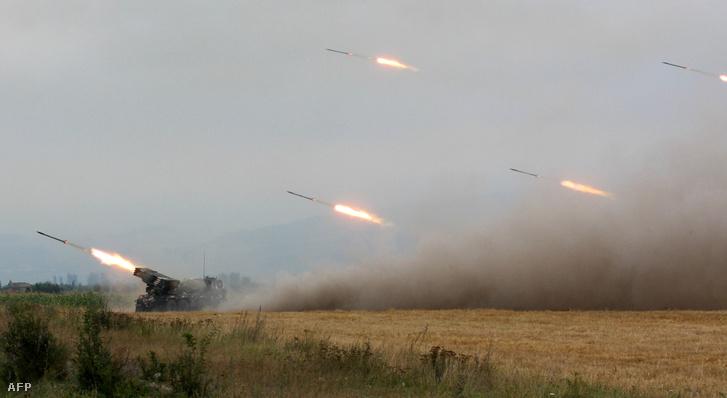 Grúz csapatok lövik az oroszok által támogatott szeparatista dél-oszétiai erőket 2008. augusztus 8-án