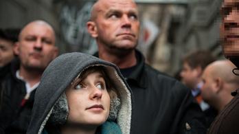 Mégiscsak Kubatov küldte a kopaszokat a Fidesz-székháznál tüntetőkre?