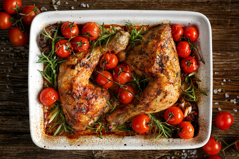 Egyszerű sült csirke rozmaringos házi fűszerkeverékkel és vele sült paradicsommal