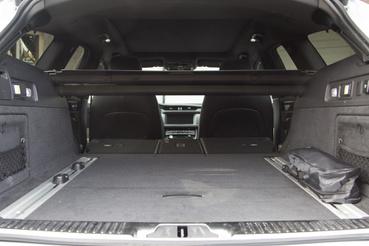 A hátsó üléseket ledöntve megvan az 1700 liter