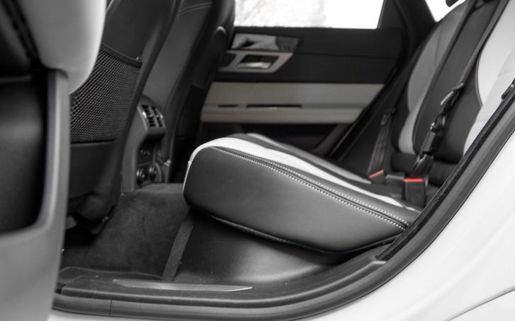 Ritka az ennyi befelé lejtő ülőlap, de ettől vagy sem, hátul is kényelmes a Jaguar