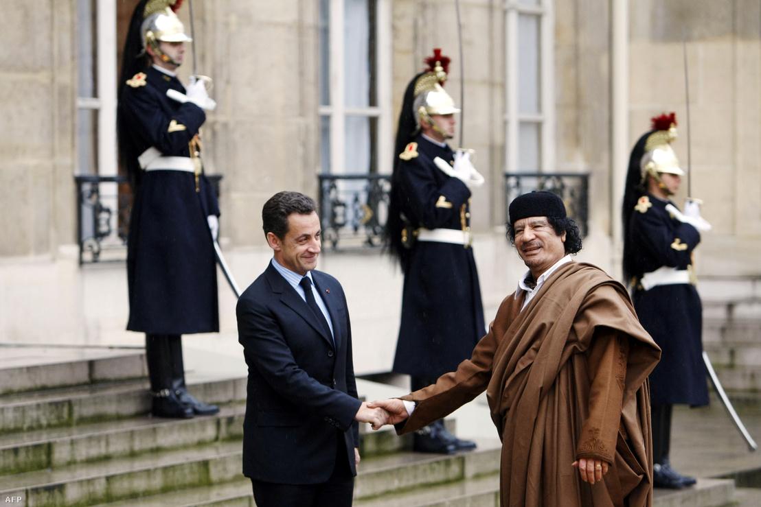 Sarkozy és Kadhafi 2007-ben az Elysée-palotában
