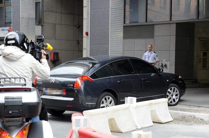 A Sarkozyt szállító autó érkezik a francia rendőrség anti-korrupciós nyomozócsoportjának irodájába 2014. január 7-én