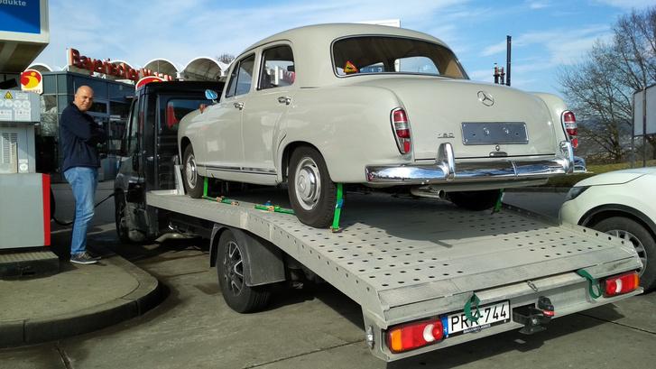 Tankolás, már német gázolajjal. A Bavarian Classics Ducatója 120 lityót is benyel