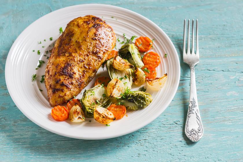 Ha paleo diétán vagy, bátran készíts csirkét. Csak fűszerezd ízlés szerint, rakd a sütőbe, pakolj mellé zöldségeket. Az ízletes sült csirkéhez a napraforgóolajat cseréld olívára, kókuszolajra, sőt, sertészsírt is használhatsz.