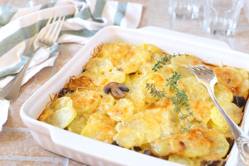 Gombás tepsis krumpli sok sajttal és tejszínnel: olcsó és különleges köret