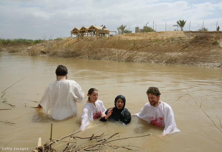 Orosz ortodox zarándokok a Jordán folyóban Kaszr el-Jahud környékén