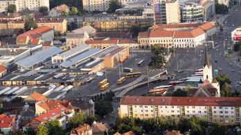 Fideszes képviselő édesanyja tenné ki a bérház lakóit Miskolcon