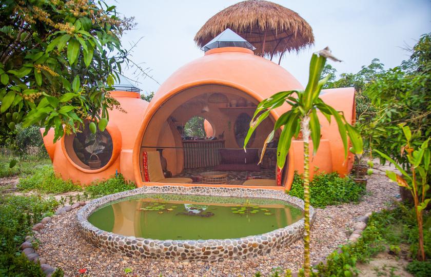 A mangóföldön épített házikó apró és mesebeli, szinte beleolvad a természetbe.