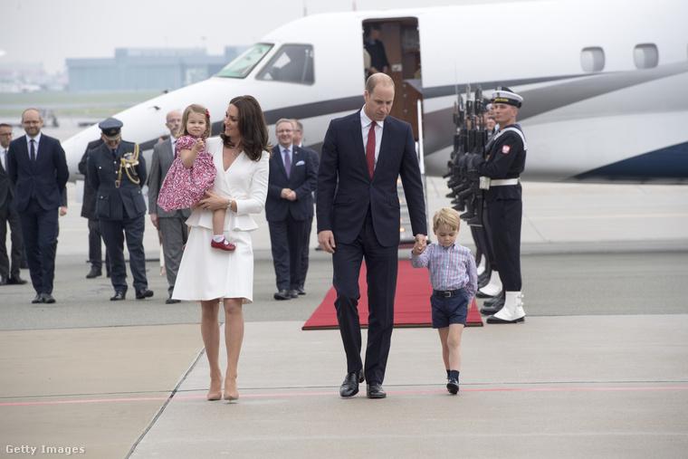 A fiúk nem ülhetnek egy repülőre az apjukkal Noha a fotó másról árulkodik, mivel olykor megszegik ezt a szabályt, mindenesetre elviekben nem szabad egy géppel utaznia a hercegnek a fiúgyerekével, mert mindig fennáll egy esetleges légi katasztrófa esélye