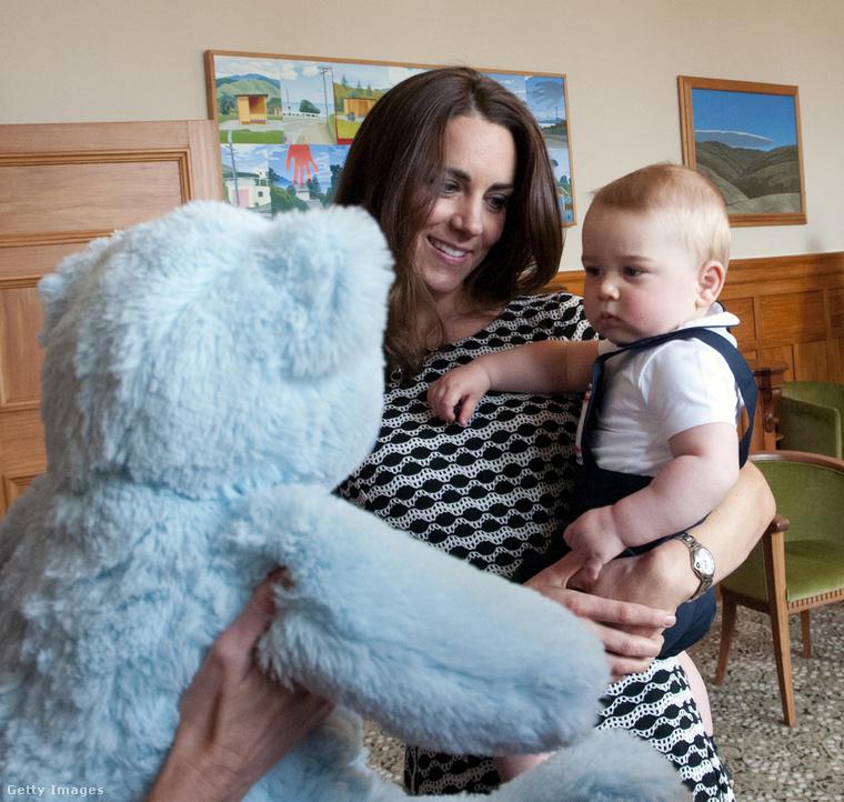 Míg a legtöbb gyereket macival vagy színes csörgővel várják kint a szülők, a királyi baba érkezését sokkal nagyobb csinnadrattával éljenzik