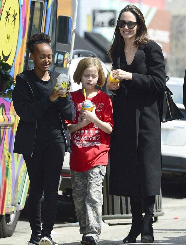 Angelina Jolie-t rég láttuk ilyen boldogan mosolyogni. Jót tett neki ez a lazulós kis nap a lányokkal.