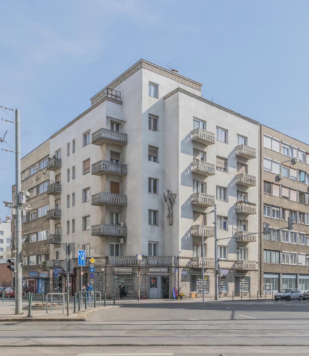 2. II. ker., Bem József utca 24., lakóház, Gregersen Hugó, 1936–1937                         Az építész szinte minden épületén együttműködött feleségével, Lux Alice szobrászművésszel. Az ő alkotásai a kapuzat állatövi jegyeket és magát a házaspárt ábrázoló domborművei. Az épületen továbbá Hermésznek, a kereskedelem istenének a szobrát láthatjuk. A homlokzatot dekoratív kőpárkány zárja, az erkélyek vasbeton mellvédjének áttörése Medgyaszayra jellemző népies virágmintát mutat.