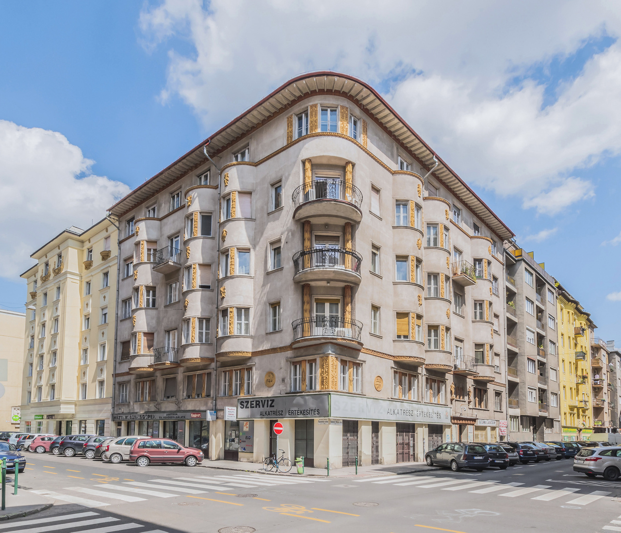 16. XIII. ker., Radnóti Miklós utca 21/B, lakóház, Jánszky Béla és Szivessy Tibor, 1928                         Nagy ereszkiülésű, gazdagon dekorált homlokzatú épület. Az építészpáros 1909 és 1916, illetve 1926 és 1932 között dolgozott együtt, ezen épületük elkészültekor több hasonló art deco házat alkottak, amelyeken reneszánsz, empire és népművészeti motívumokat alkalmaztak. Mivel az építtető egy szállítmányozási cég volt, az épület mindkét oldalán egy mozdonyt, illetve egy hajót ábrázoló tondó található. A díszes kapuzat fölött Merkúr és Fortuna szobra van elhelyezve, a sarokerkélyek oszlopai egyiptomi hangulatúak. Az épület kisebbik párja Szolnokon található.