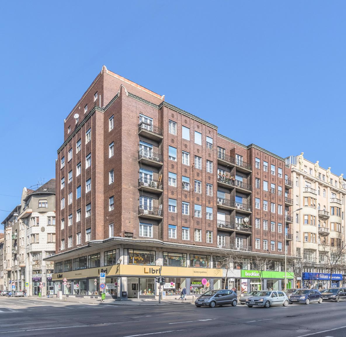 7. VII. ker., Rákóczi út 12., lakóház, Wälder Gyula, 1936–1937                         A telekre eredetileg Györgyi Dénes tervezett volna üzlet- és lakóházat, ám a geometrikusan stilizált, magyaros ornamentikával díszített épülettervet a városi hivatal nem engedélyezte. Wälder Gyula átvette a Györgyi-féle épület tömegét és homlokzattagolását, ám azt klinkertéglával burkolta, alkalmazkodva Lajta Béla két házzal odébb levő takarékpénztárához. Az üzletszintet és a lakószintet széles előtető választja el egymástól, a sarkokat akroterionok koronázzák, a lapostetőn lehetőség nyílt terasz kialakítására.