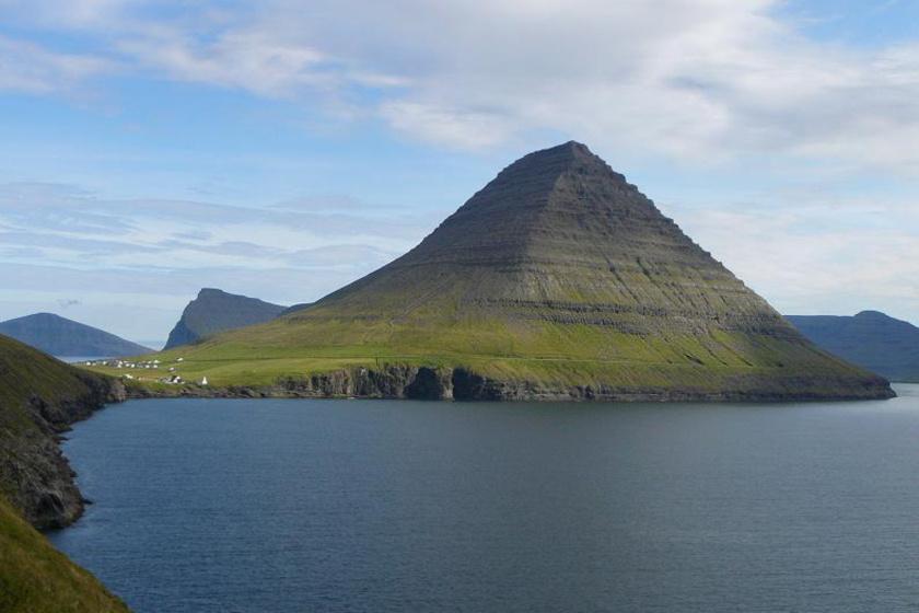 A Feröer-szigetek egyik legdélebbi falucskájánál egy 236 méteres kőtömb magasodik a vidék fölé. A Kirviskollurnak, Kirvinek nevezett szikla nem a vésőknek, hanem a vulkanizmusnak köszönheti alakját.