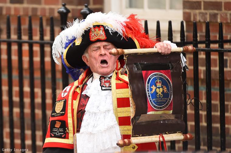 Manapság a királyi család hivatalos kikiáltója a képen látható Tony Appleton, aki elterjeszti az információt, és kifüggeszti a baba születési időpontját a Buckingham-palota falára
