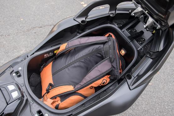 Megtömött hátizsákot simán elnyel az ülés alatti tároló