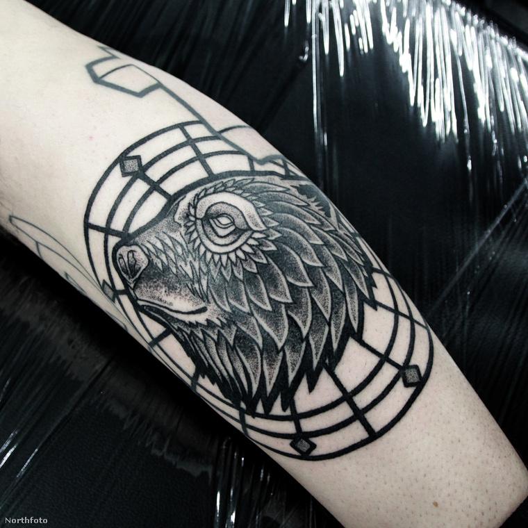 Gyakorlatilag visszatért a tetoválás legősibb formájához és pont úgy készíti a műveit, ahogy az elektromosság előtti időkben varrták fel a képeket a testekre.