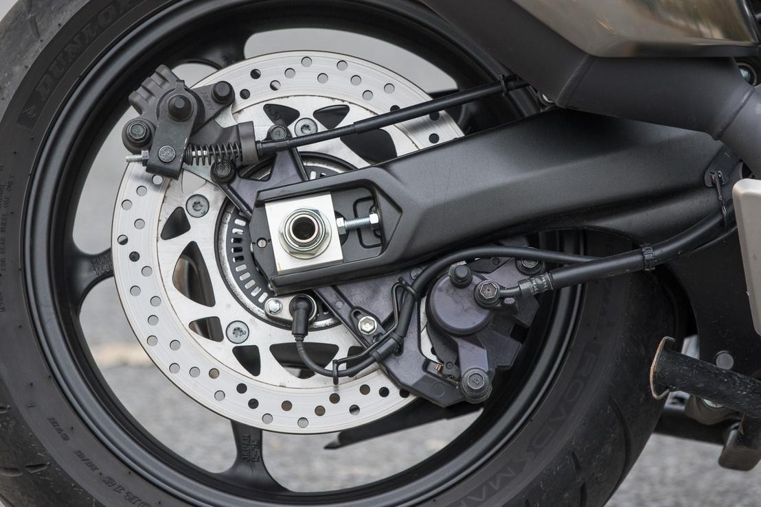 Az alsó nyereg a hátsó fék, a felső a rögzítőfék, hogy lejtőn parkolva se guruljon el - robogó ugye, amit nem lehet sebességben hagyni