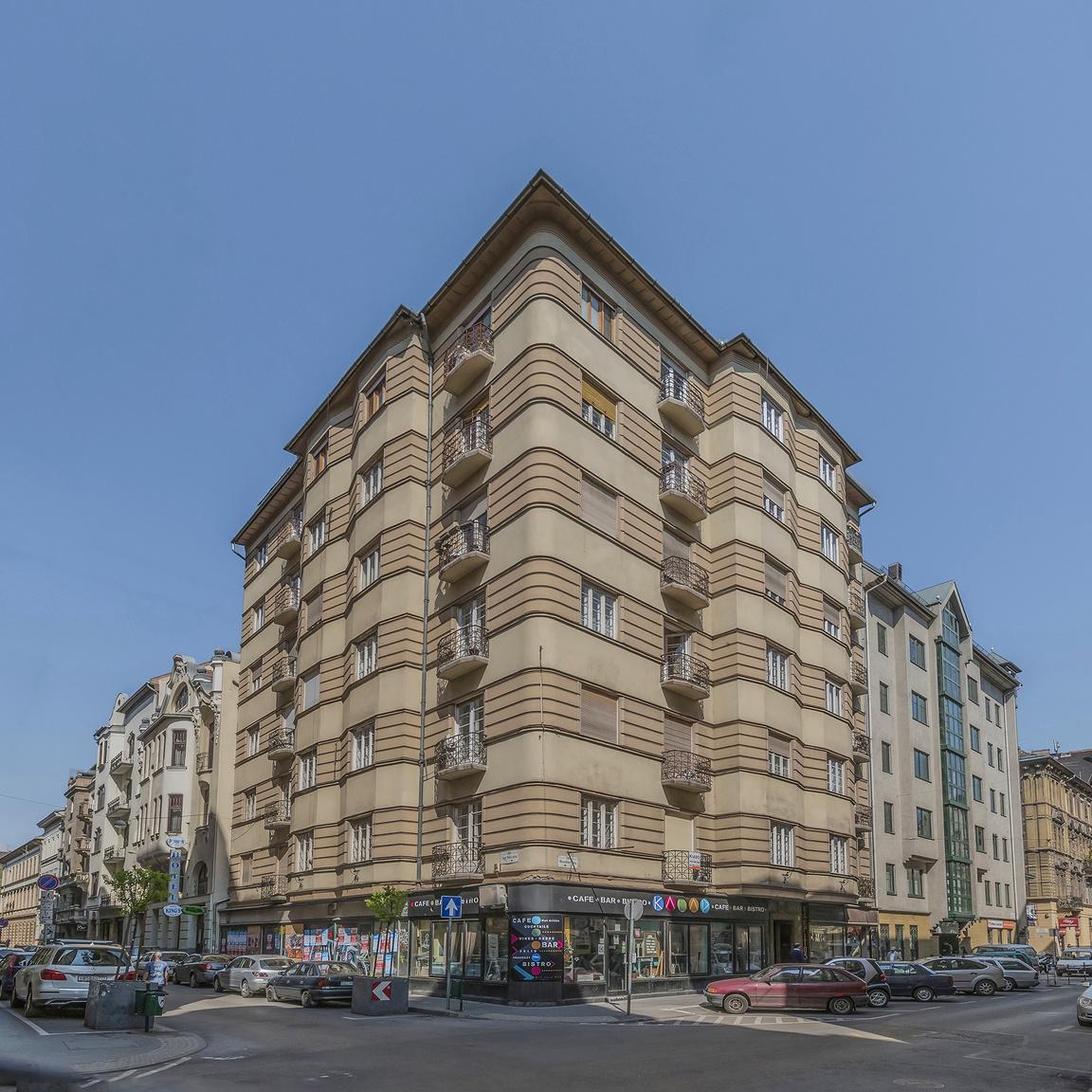 8. VII. ker., Wesselényi utca 26., lakóház, Barát Béla és Novák Ede, 1929                         A saroképület homlokzatát, amelyben szintenként négy-négy lakás helyezkedik el, töredezett alaprajzú zárt- és nyitott erkélyek tagolják. Az ablakok között a vakolat vízszintesen sávozott, az erkélyek vasrácsa egyszerű geometrikus alakzatokból épül fel. A kapuzat kovácsoltvas rácsának mintázata a párizsi art deco hatását mutatja. A lépcsőházat nagyrészt antik jellegű szalagdíszek keretezik, viszont a mennyezeti stukkó-rozetta körvonala cikcakk alakú.