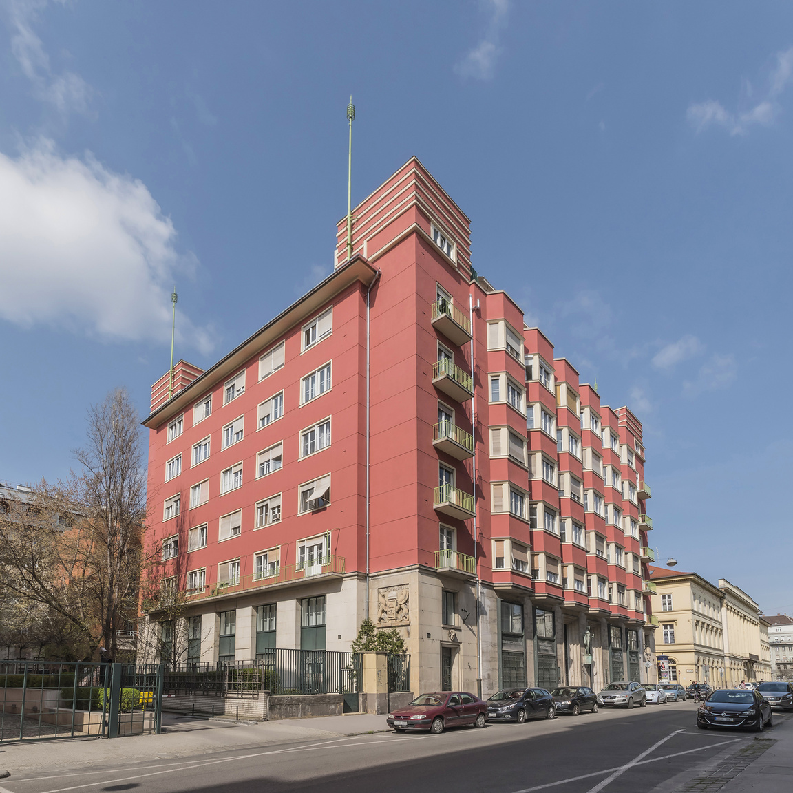 4. V. ker., Honvéd utca 22–24., lakóház, Györgyi Dénes (és Román Ernő), 1926–1930                         A székesfőváros 1926-ban tervpályázatot hirdetett az Elektromos Művek Honvéd utcai bérházára és egy ahhoz kapcsolódó Markó utcai transzformátorházra, amit Román Ernő nyert meg; ám Györgyi Dénes terveit a bizottság alkalmasabbnak találta, így az építészeket közös terv elkészítésére kérték fel. A Honvéd utcai homlokzatot Párizsra emlékeztető zárterkélyek tagolják, a négy saroktornyot vízszintes sávok díszítik. Az épület földszintjén a két-két szoborfej a városvédő Neptunuszt és az épületvédő Medúszát ábrázolja; a bérház bejáratánál az elektromosság allegorikus, kezeiben villámokat tartó szobra található.