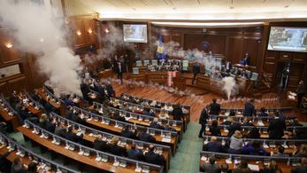 Könnygáztámadás a koszovói parlamentben