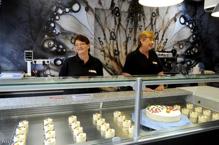 Varga Margit (b) és Erdős Melinda, a Zazzi cukrászda tulajdonosai bemutatják a BFZ 30 fantázianevű süteményüket (előtérben) az óbudai Zazzi cukrászda sajtóuzsonnáján 2013. szeptember 11-én.